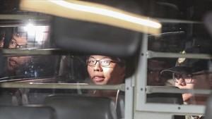 Joshua Wong, a la salida del tribunal, hacia la cárcel, este jueves 17 de agosto.