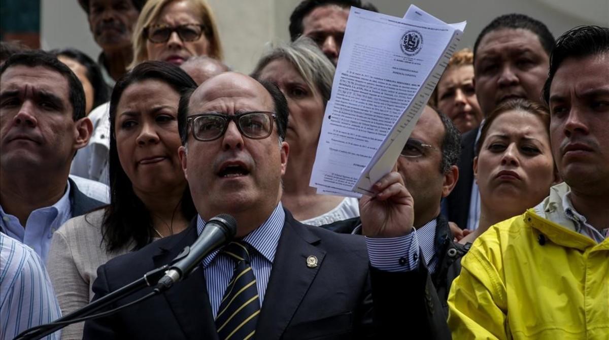 Julio Borges, presidente de la Asamblea, habla durante una rueda de prensa desde el Palacio Legislativo, el 30 de marzo, en Caracas.