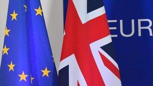 La bandera de la UE y del Reino Unido en un edificio en Bruselas.