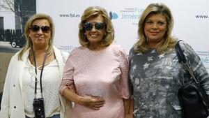 María Teresa Campos, con sus hijas, en mayo del año pasado, al recibir el alta médica tras sufrir un ictus cerebral.