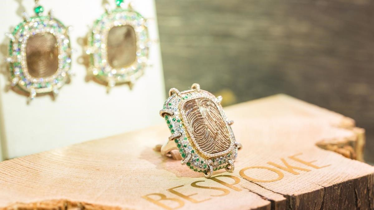 Los pendientes y anillo con huellas dactilares de Lorenzo Quinn.