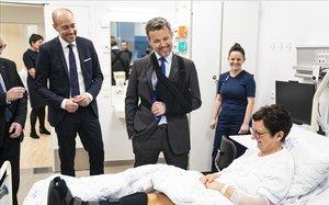 Frederic de Dinamarca visita un hospital amb el braç en cabestrell