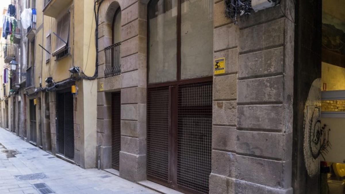 Un local comercial cerrado en la zona de Ciutat Vella, en Barcelona