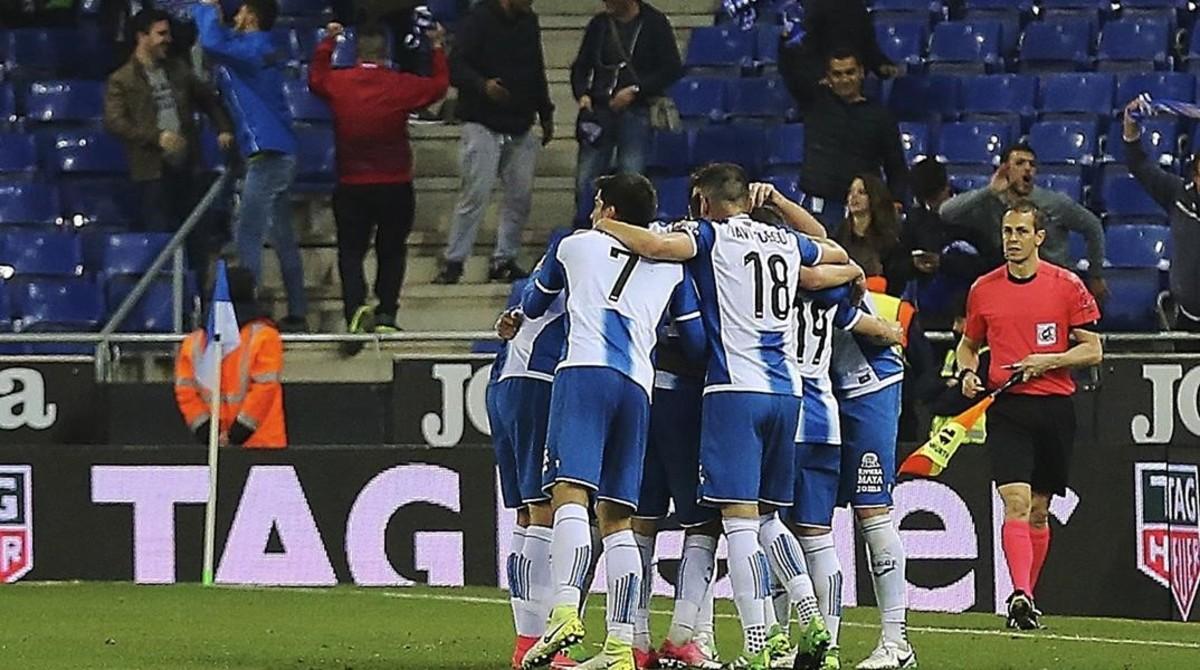 Los jugadores del Espanyol celebran un gol en Cornellà.