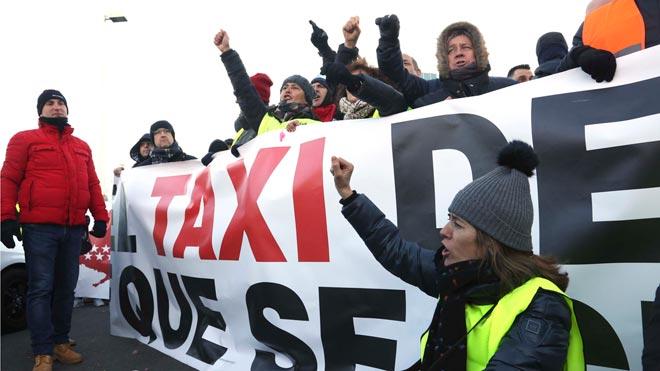 Los taxistas de Madrid bloquean los accesos a Fitur.