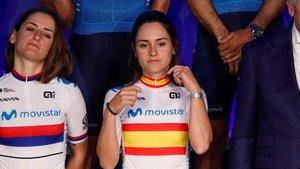Lourdes Oyarbide, con el maillot de campeona de España, en la presentación del equipo Movistar.