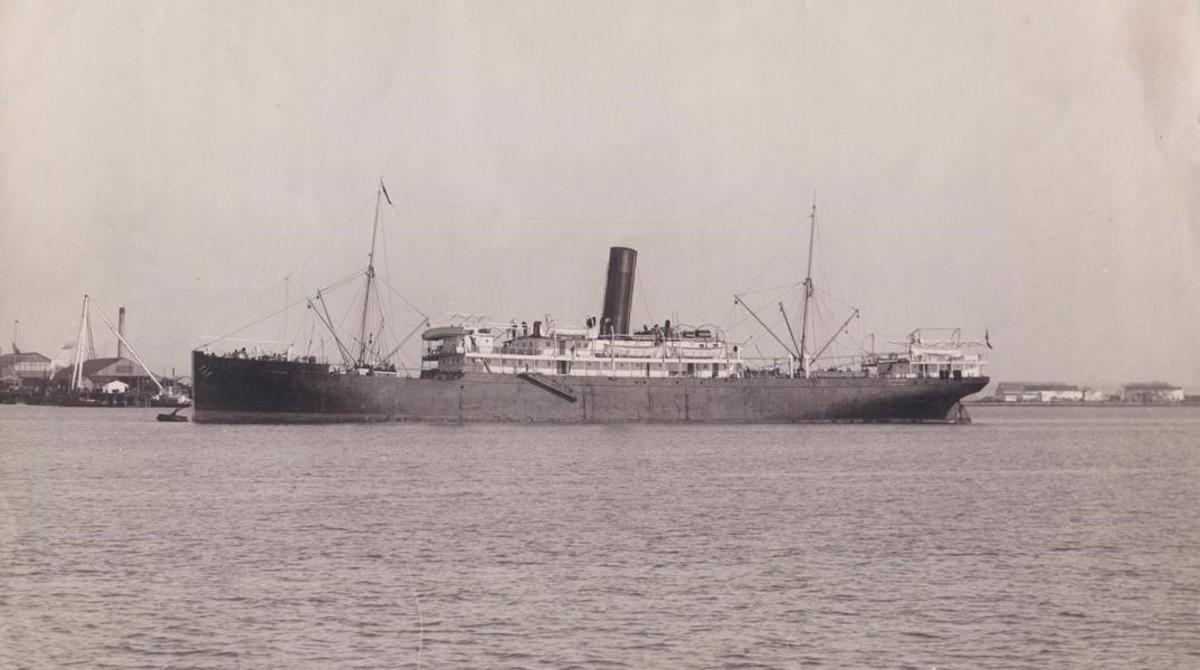 Otra imagen del Eizaguirre tomada en un viaje anterior. El barco había sido botado el 5 de diciembre de 1903 en el puerto inglés de Middlesbrough. Con el nombre de Leopoldville, perteneció primero a la Cie. Belge du Congo, que lo destinó a la línea del Congo Belga. La ruta comenzaba en puerto alemán de Kiel, curiosamente el mismo del que partiría años después el buque corsario Wolf en la misión en la que supuestamente hundió al barco de la Trasaltántica. La compañía del marqués de Comillas adquirió el vapor en 1910 a la inglesa African Steamship, que dos años antes lo había comprado al primer propietario y lo había rebautizado como Landana.