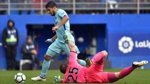 Luis Suárez dribla a Dmitrovic para marcar el 0-1.