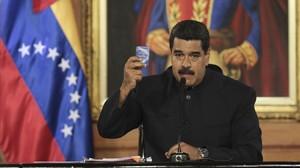 Maduro sostiene un ejemplar de la Constitución venezolana, en el Palacio de Miraflores, en Caracas, el 1 de mayo.
