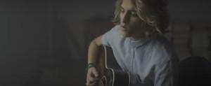 Manel Navarro, en un momento del videoclip de Keep on falling.