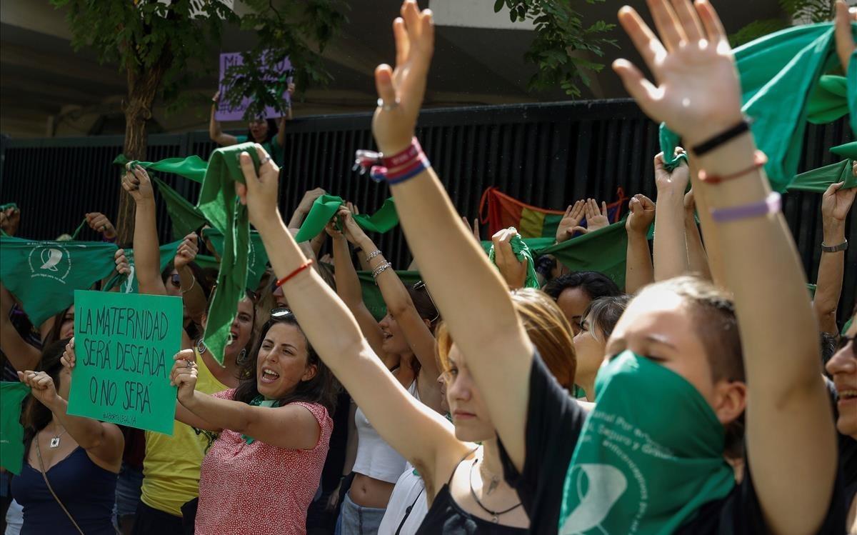 Manifestantes a favor de legalizar el aborto, ante la embajada de Argentina en Madrid.