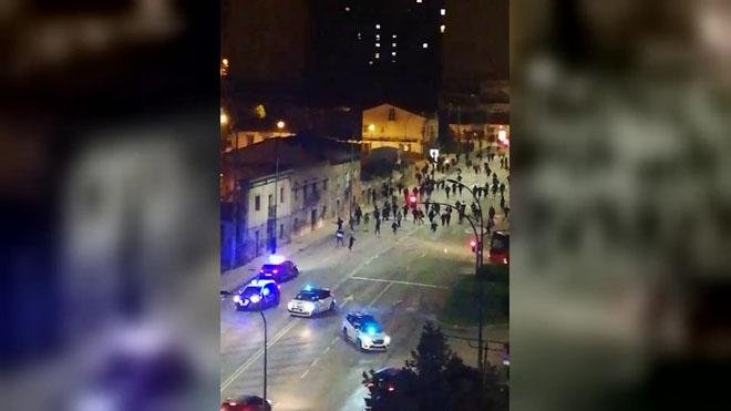 Manifestantes del barrio de El Gamonal (Burgos) se lanzan contra la policía durante las protestas contra el estado de alarma.