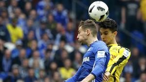 Marc Bartra (Borussia) disputa un balón aéreo con Daniel Caligiuri (Shalke).