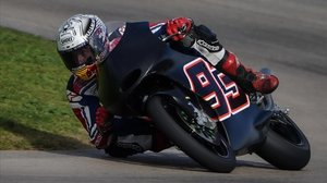 Marc Márquez, ayer, poniéndo a prueba su hombro derecho con una pequeña moto en el karting del Vendrell.