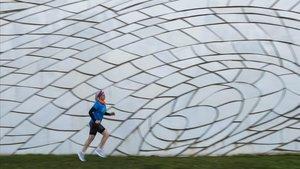 Mari Luz Marcos calienta en el parque de la Estació del Nord a pocos días de debutar en el maratón de Barcelona.