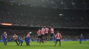 Messi ejecuta, de forma magistral, el lanzamiento de falta que significó el 3-1 al Athletic.
