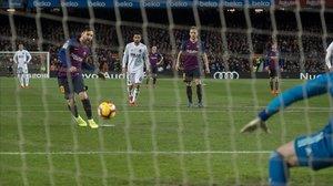 Messi engaña a Neto desde los once metros.