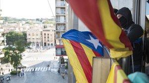 Miembros del CDR descuelgan la bandera española de la Delegacio Del Govern en Girona