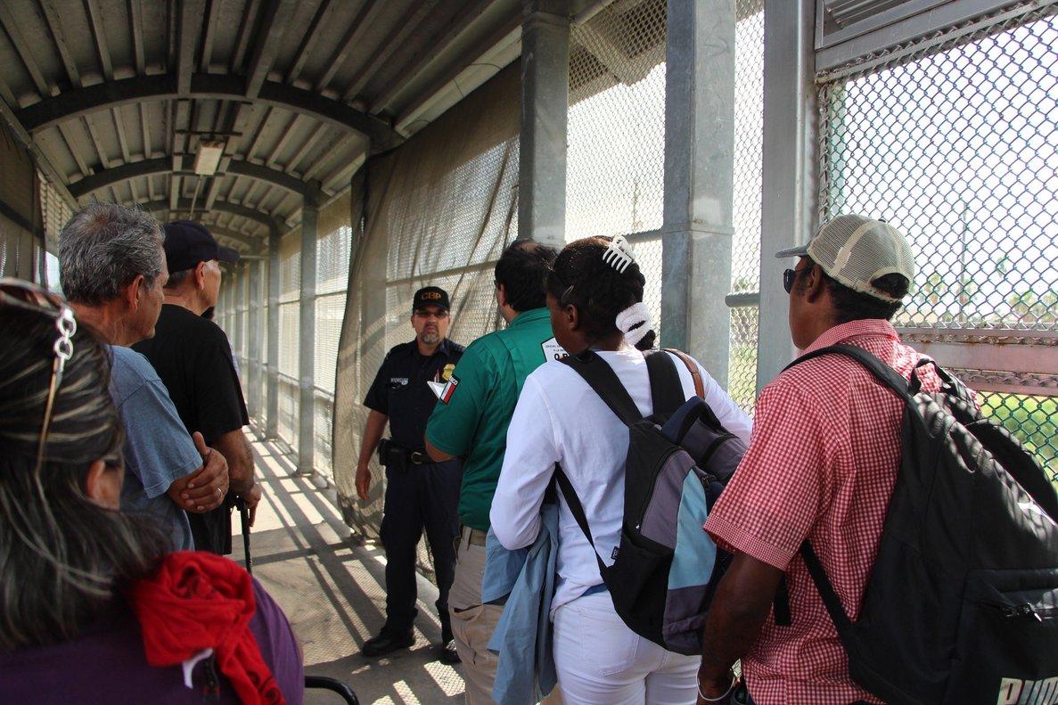 Inmigrantescentroamericanos acompañados porlas autoridades de EEUU.