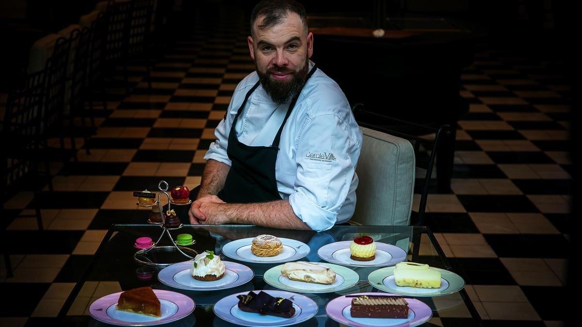 Miguel Costa posa con algunos de sus pasteles en el Hotel Palace.