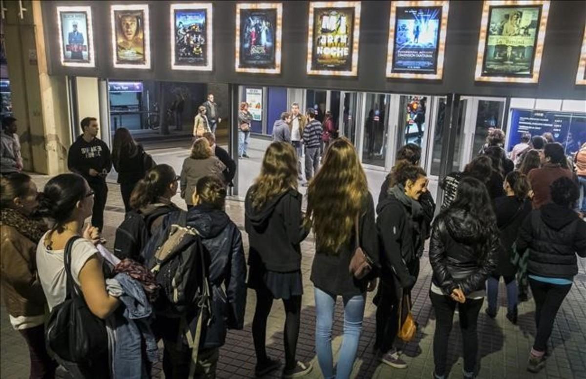 Colas para entrar en un cine en Barcelona durante la edición de la Fiesta del Cine del 2015.