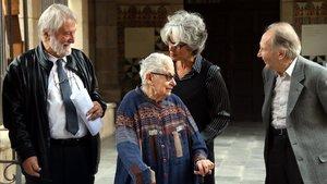 Un momento de la cesión del Fondo Joan Sales con la hija del escritor, Núria Sales, y su nieta Maria Bohigas, en el centro.