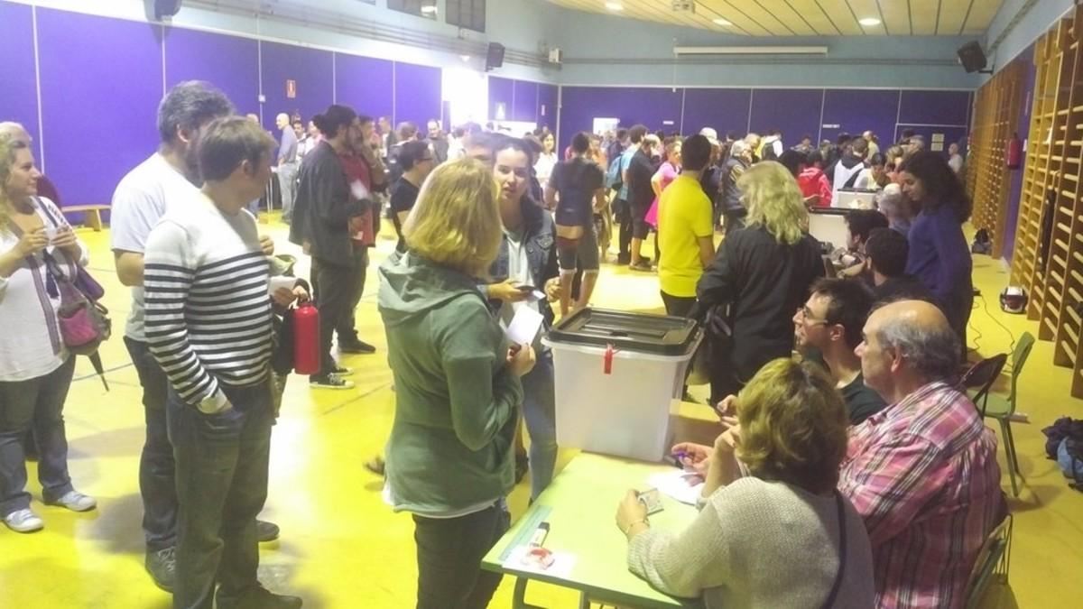 Momentos iniciales de la votación en el instituto Puig i Cadafalch de Mataró, en el barrio de Cerdanyola.