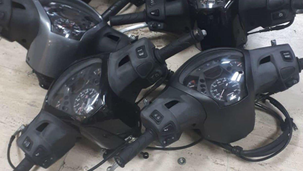 Manillares de motos robadas decomisados por la Guardia Urbana.