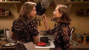 Isabelle Hupert y Chloë Grace Moretz en la película La viuda.