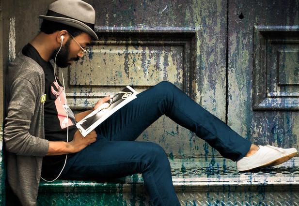 Un muppie amb la seva roba informal i el seu iPod.