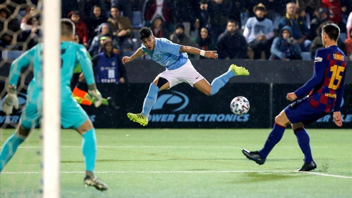 Neto y Lenglet buscan defender un centro lateral del Ibiza.