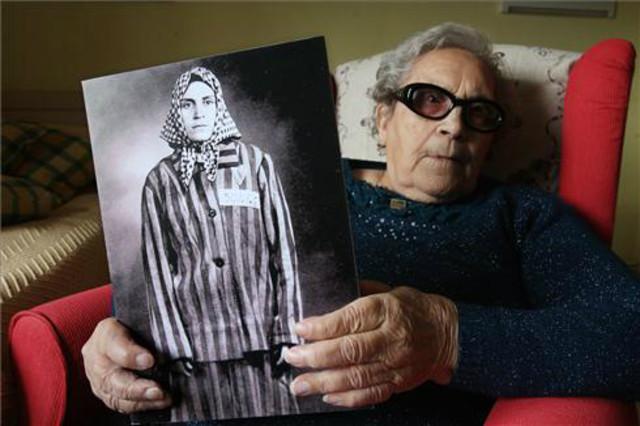 Neus Català en una imagen de 2013, sosteniendo su retrato de prisionera.