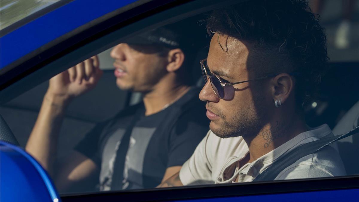 Neymar a su llegada a la ciudad deportiva.