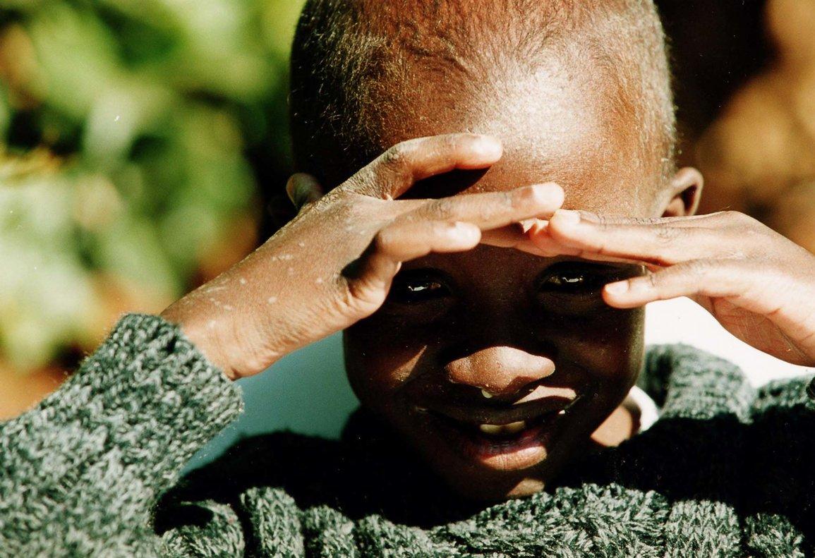 Nkosi Johnson murió el 1 de junio del 2000 mientras dormía. Su madre adoptiva informó de que su hijo pesaba entonces menos de 10 kilos.
