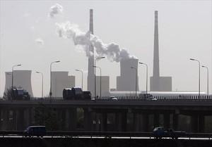 Nube de vapor de agua en una planta de energía de Pekín.