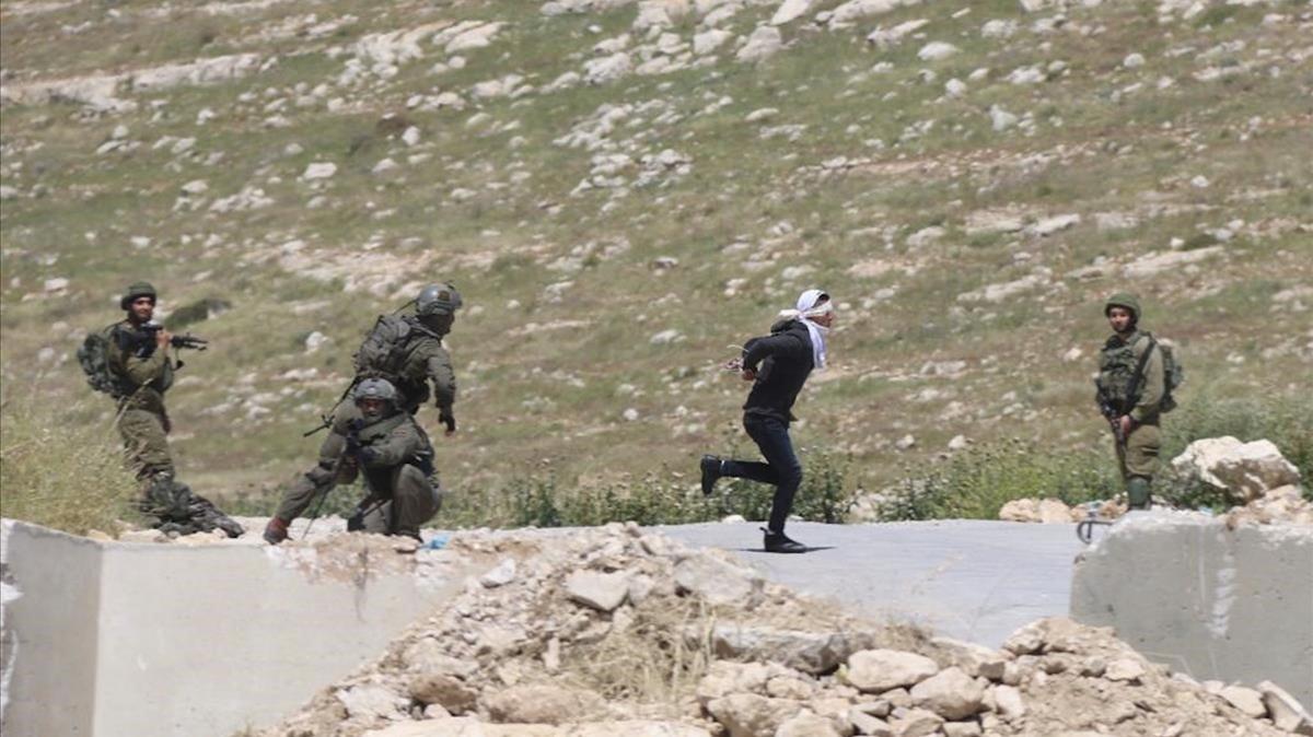 La sangrienta persecución de soldados israelíes a un adolescente palestino maniatado
