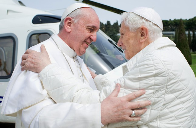 El papa Francesc i el seu predecessor, el papa emèrit Benet XVI, se saluden a Castel Gandolfo, en una trobada històrica, aquest dissabte.