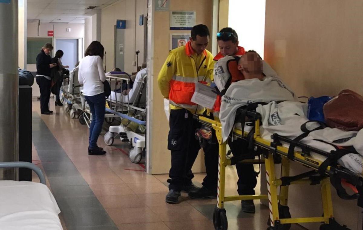 La gripe ya se ha convertido en epidemia en Catalunya a partir de este jueves al superar la barrera de los 110,7 casos por cada 100.000 habitantes y llegar a los 119,59 casos. En la imagen el pasillo de urgencias del Hospital Vall dHebron, este jueves.