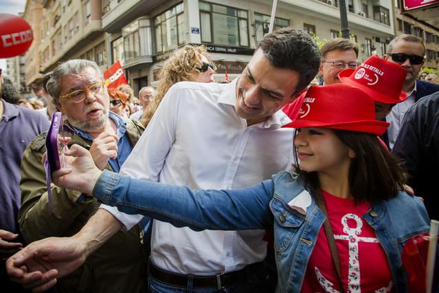 Pedro Sánchez se fotografía con una simpatizante en la manifestación del 1 de Mayo en Valencia.