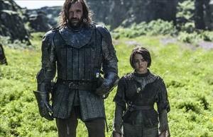 El Perro, aún vivo, con Arya Stark en una escena de 'Juego de Tronos'.
