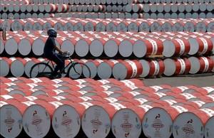 Barriles de petróleo almacenados en una planta de Jakarta.