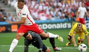 El polaco Cionek despeja un balón ante el meta Fabianski.