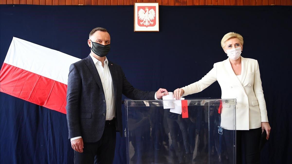 El presidente de Polonia y candidato a la reelección, Andrzej Duda, junto a su esposa.