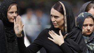 La primera ministra neozelandesa, Jacinda Adern, en la plegaria por las víctimas de los atentados de Christchurch.