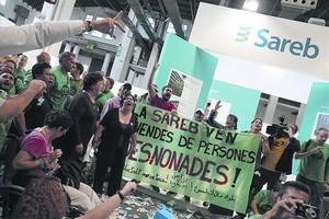 Protesta de la Plataforma de Afectados por la Hipoteca (PAH) ante una instalación de la Sareb en la Fira de Barcelona, el pasado octubre.
