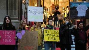 Protesta en la plaza Catalunya de Barcelona contra el Black Friday, este viernes.