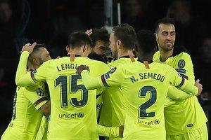 Los jugadores del Barça felicitan a Piqué por su gol en la Champions ante el PSV.