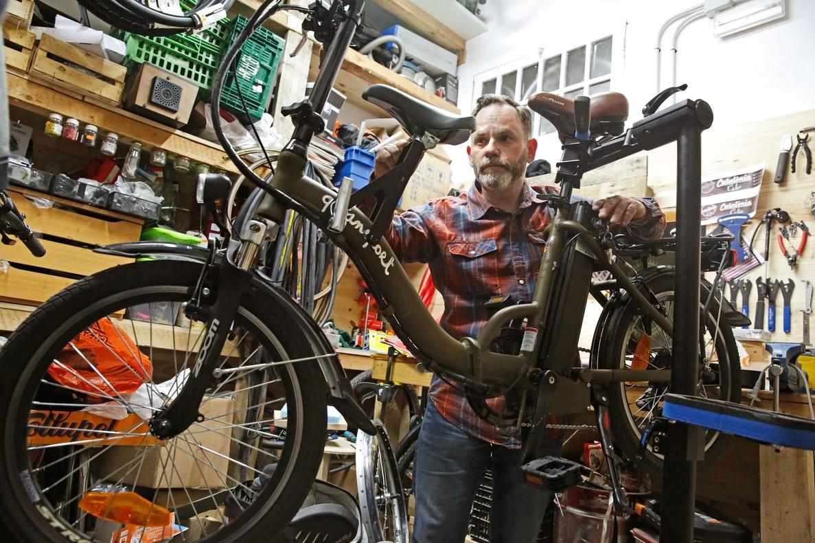 Puesta a punto. Jon Aubà, de Catalonia Cicles, repasa una bicicleta eléctrica.