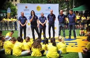Puyol habla a los niños en la inauguración del campo de fútbol de la Fundación Cruyff en La Pobla de Segur.