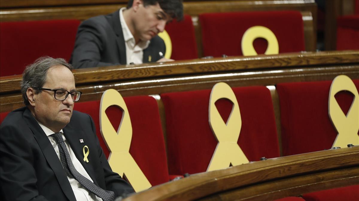 Quim Torra, en el Parlament, con el portavoz de ERC, Sergi Sabrià, detrás.